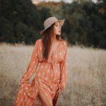 femme-robe-rouge-champ